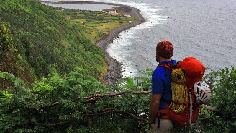 Blick eines Wanderers auf eine der berühmten Fajas, sao Jorge, Azoren © Diamir