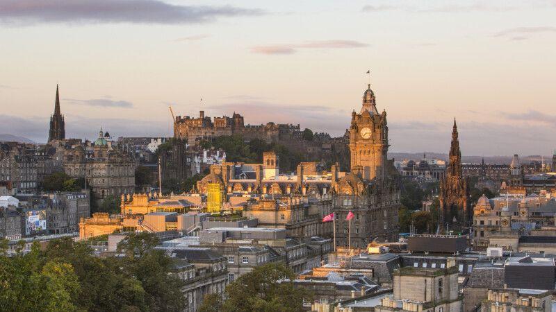 Edinburgh Castle und der Balmoral Hotel Uhrturm bei Sonnenaufgang © Diamir