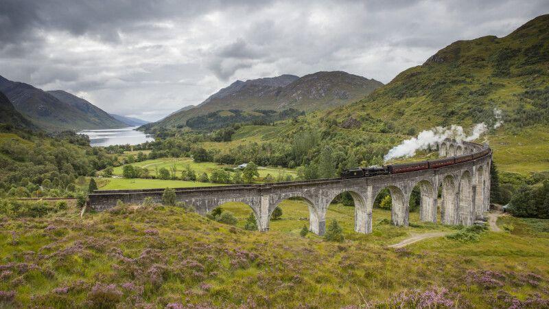 Der Jacobite-Dampfzug über dem Glenfinnan Viaduct nahe Lochaber, Highlands © Diamir