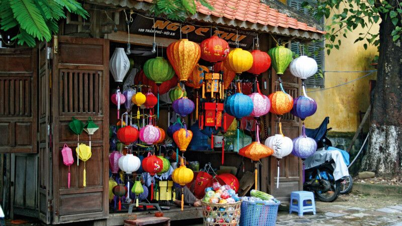 Traditionell handgefertigte farbenfrohe Lampen in Hoi An © Diamir