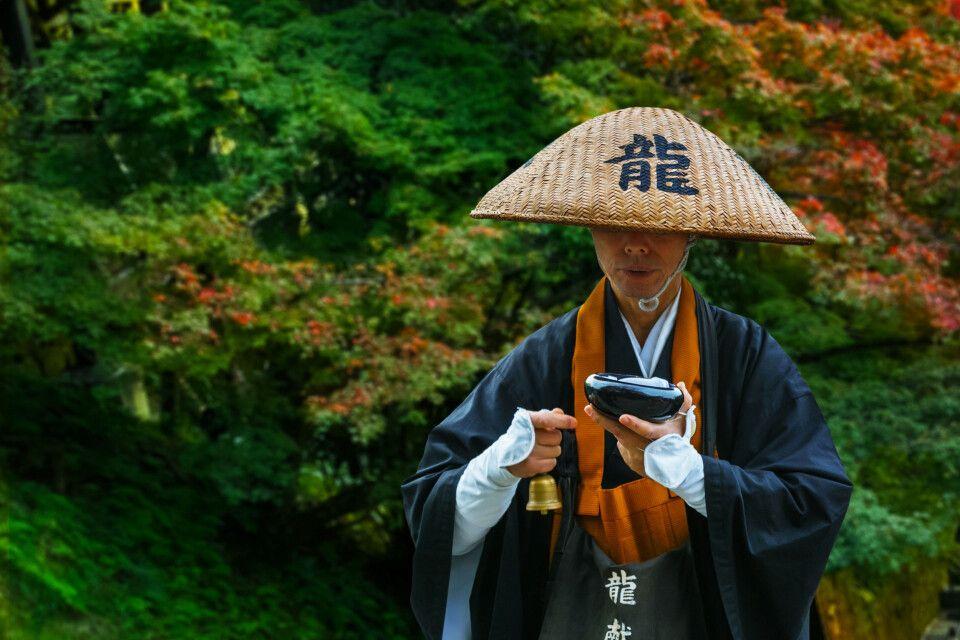 Ein Mönch bei der Andacht