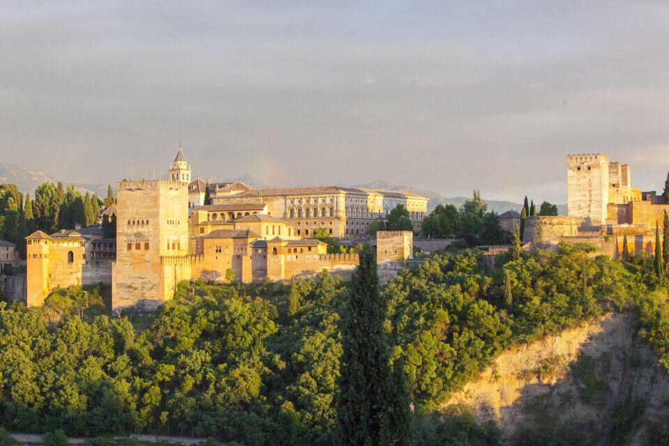 Blick vom Mirador San Nicolas im Albaicin auf die Alhambra, Granada