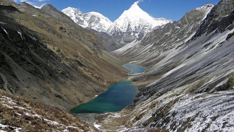Blick auf Jomolhari (7320 m, links) und Jichu Drake (6990 m, rechts) © Diamir
