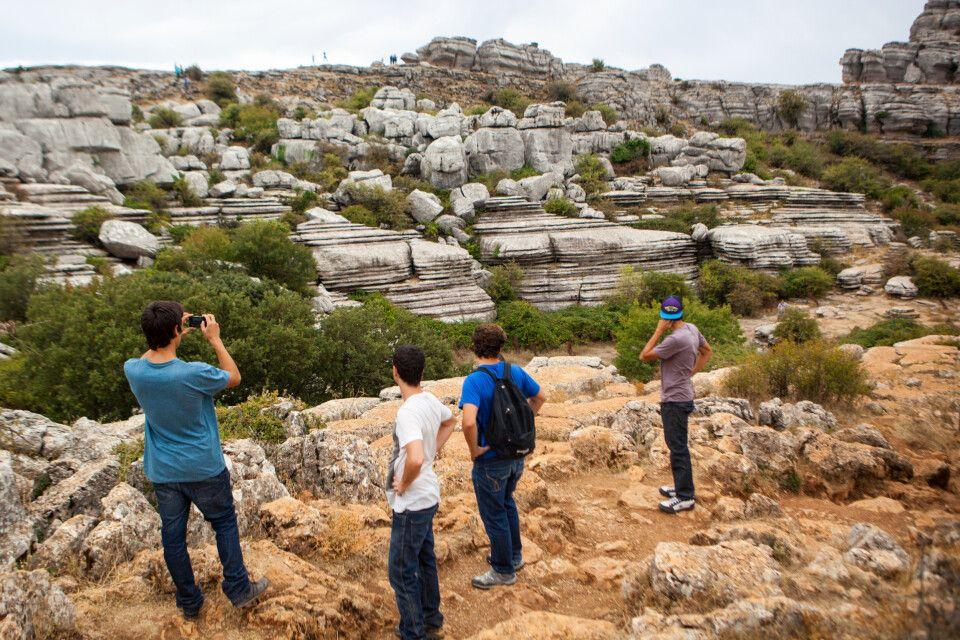 Wanderer in der bizarren Landschaft El Torcal bei Antequera
