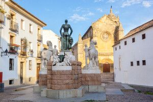 Plaza Conde de Fuego mit der Kirche Santa Marina in Córdoba