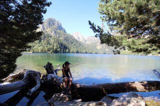 Zwei Wanderinnen machen am Sant Maurici-See Pause, Aiguestortes-Nationalpark, Pyrenäen, Katalonien