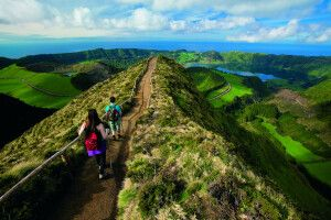 Wanderer auf dem Kammweg, Sete Cidades-Trail, Insel Sao Miguel