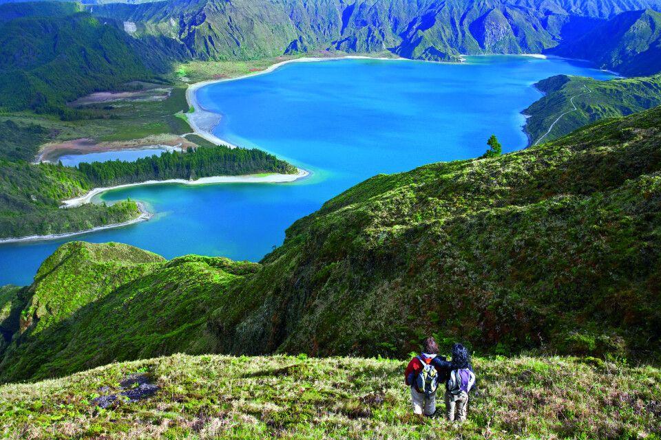 Wanderer bewundern den Fogo Lake, Insel Sao Miguel