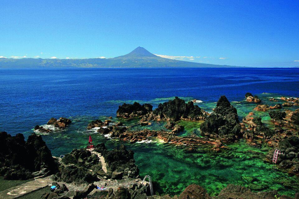 Natürliche Schwimmbecken von Preguiça, Insel São Jorge – im Hintergrund der Vulkan von Pico