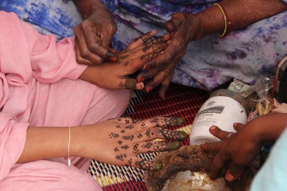 Henna Tatoo auf dem Markt von Atar