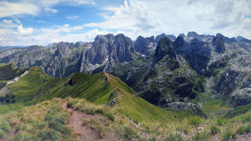 Bergpanorama in Albanien © Diamir