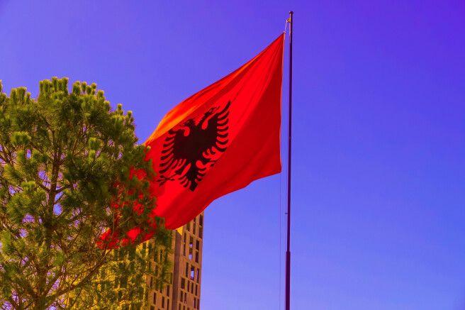 Albanische Flagge in Tirana