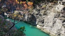Tiefe Schlucht in den Bergen in Albanien