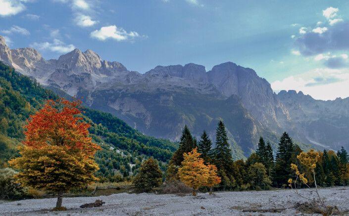 Herbstlaubfärbung in den Bergen von Albanien