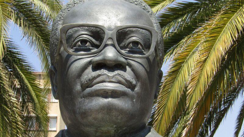 Statue von Agostinho Neto in Windhoek, Namibia © Diamir
