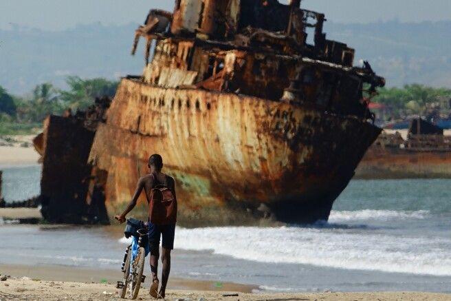 Junge vor Schiffswrack, Angola