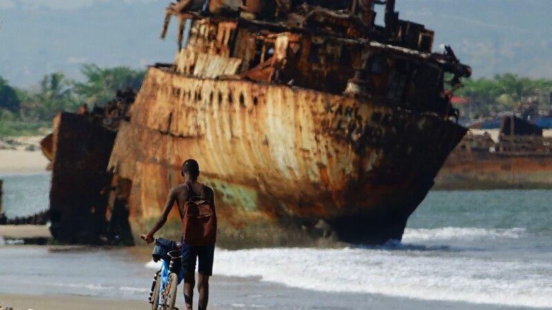 Junge vor Schiffswrack, Angola © Diamir