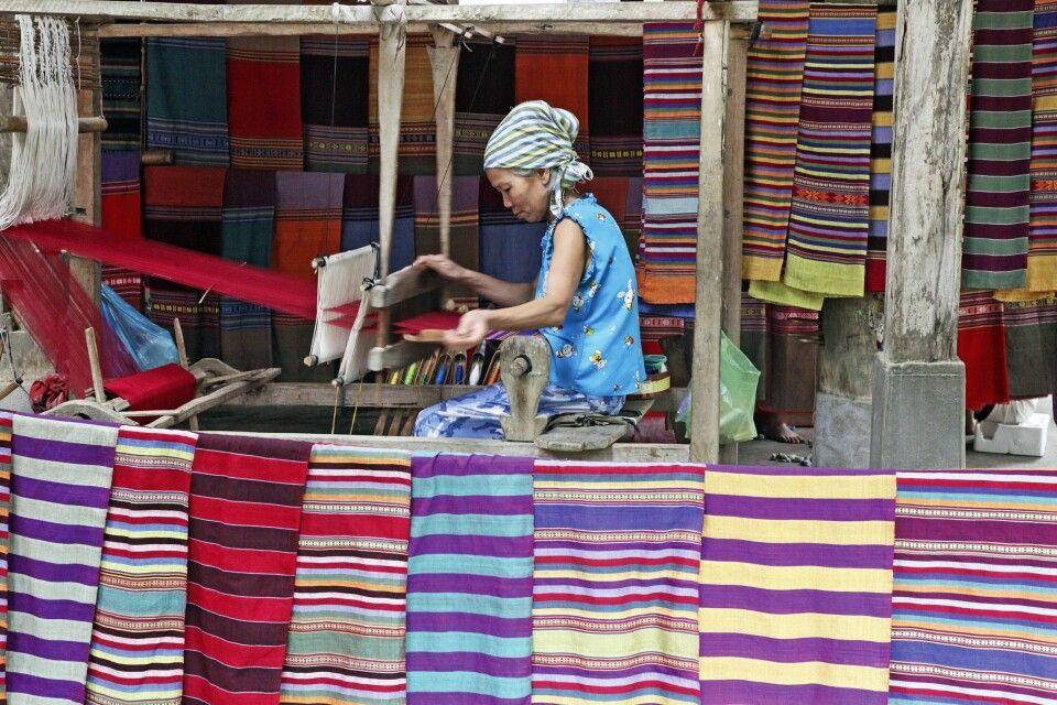 Weberin auf einem Markt in Nordvietnam