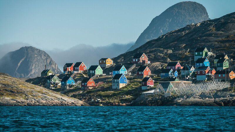 Blick auf eine grönländische Postkartensiedlung © Diamir