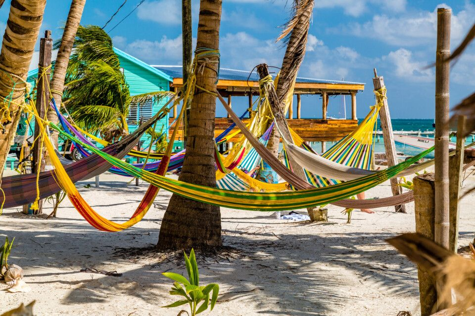 Hängemattenflair auf der karibischen Insel Caye Caulker – hier lässt es sich herrlich entspannen