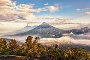 Der Aufstieg lohnt: Ausblick vom Vulkan Pacaya in Guatemala auf die umliegende Vulkan-Kette