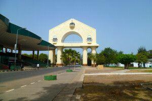 """Triumphbogen """"Arch 22"""" in Banjul"""