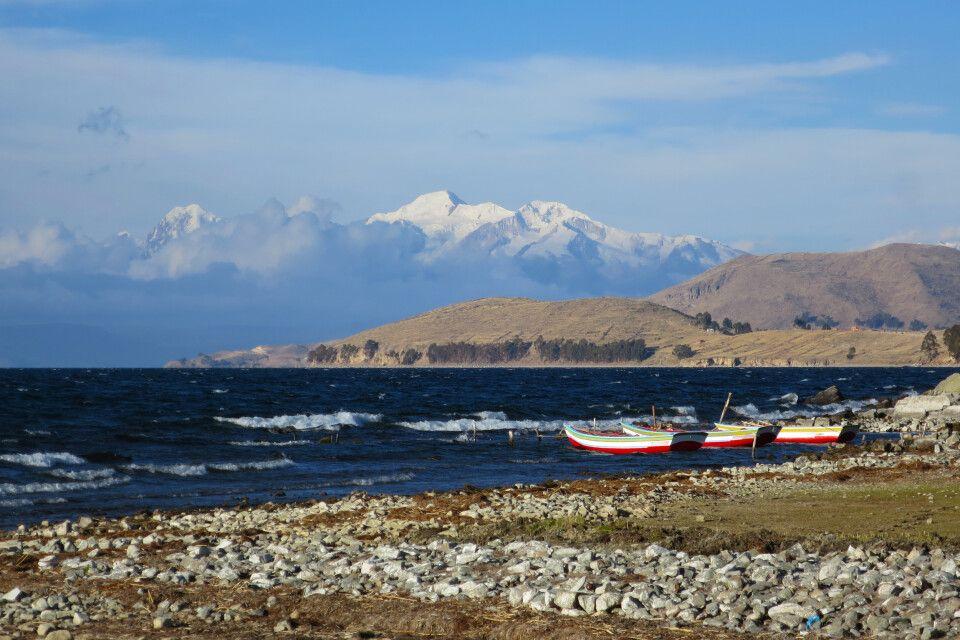 Blick über den Titicacasee auf die majestätische Cordillera Real