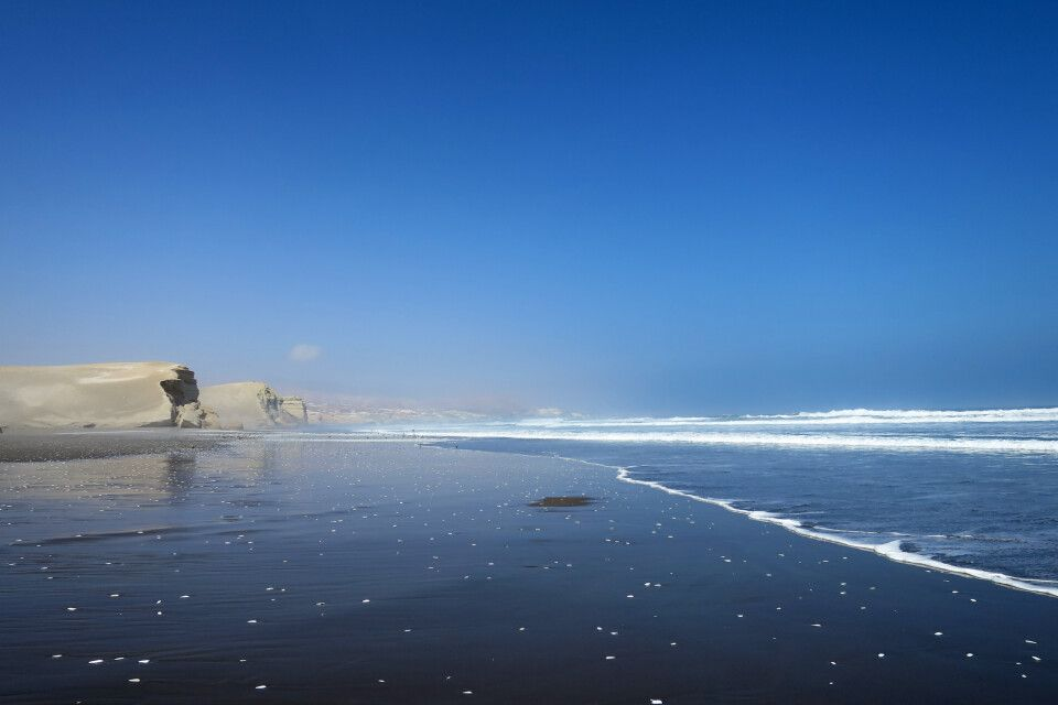 Wüste trifft auf den Pazifik – feiner Sandstrand bei Camaná