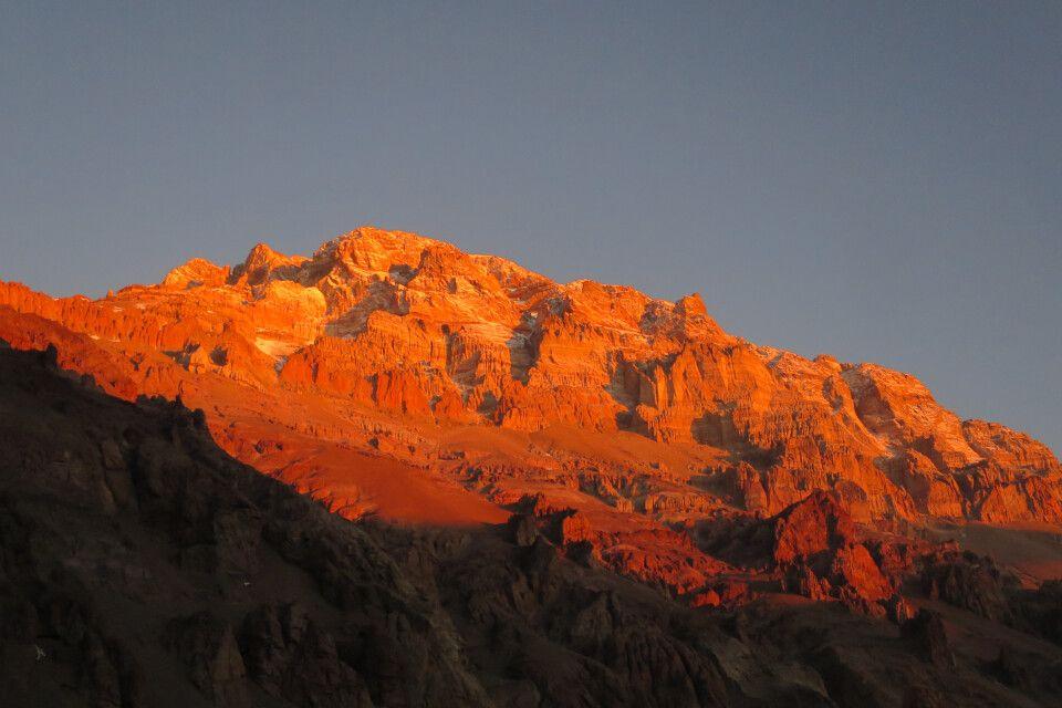 Letzte Sonnenstrahlen des Tages am Aconcagua vom Basislager aus gesehen