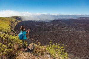 Galapagos Wanderin macht Fotos von der Caldera des Sierra Negra Vulkans, Galapagos Insel, Ecuador.