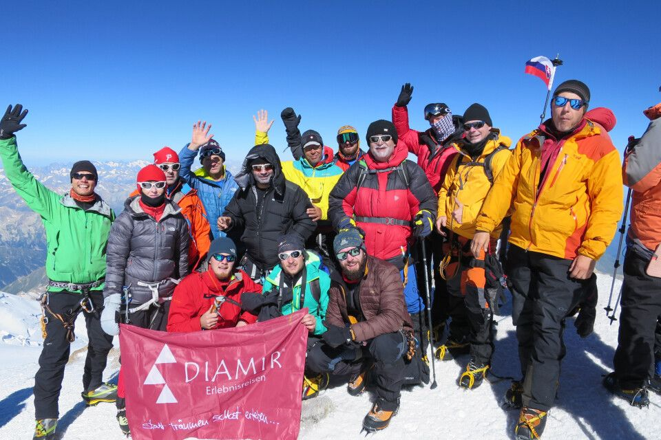 Überglückliche Bergsteiger auf dem Gipfel des Elbrus