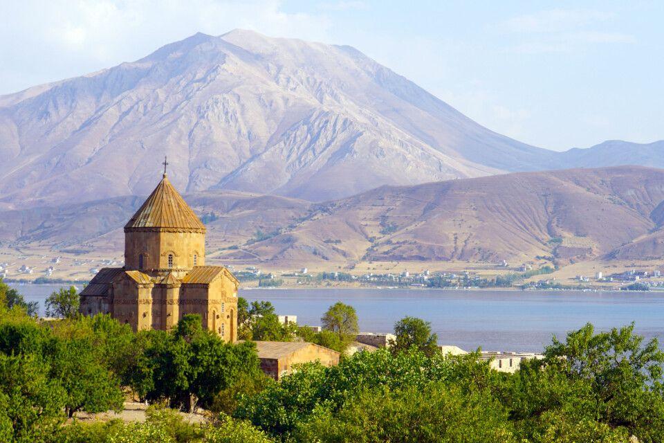 Akdamar-Kirche im Vansee vor schöner Bergkulisse