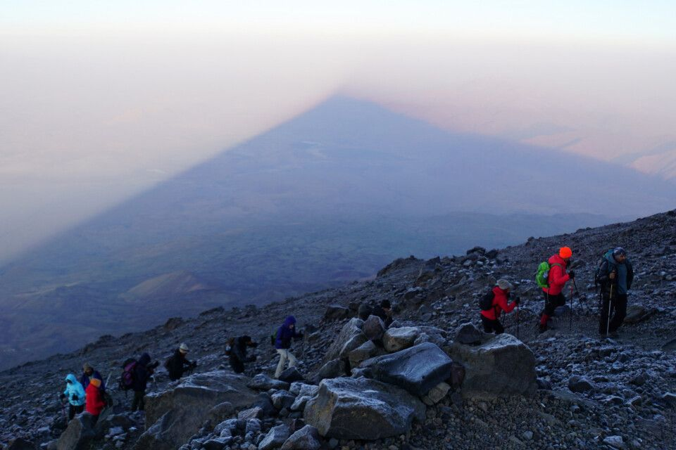 Der Ararat wirft im ersten Morgenlicht seinen eigenen Schatten auf die Hochebene