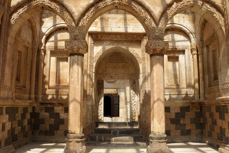 Zusammenspiel mehrerer architektonischer Einflüsse im Ishak Pasha Palast