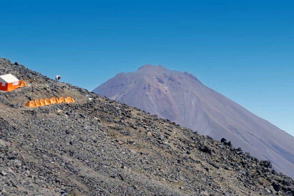 Blick über das Hochlager zum Kleinen Ararat (3896 m)