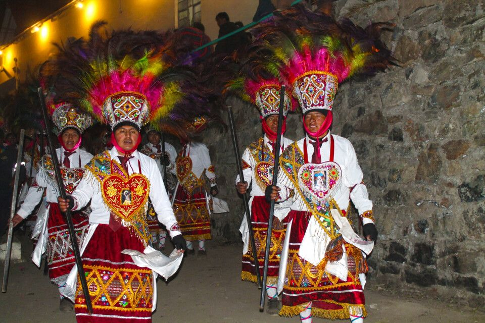 Tänzer in feierlichen Trachten auf dem Qoyllur Riti (Fest der Sterne)