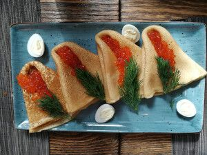Blinis und Kaviar im Restaurant auf Kamtschatka