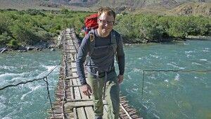 Holzbrücke am Fluss
