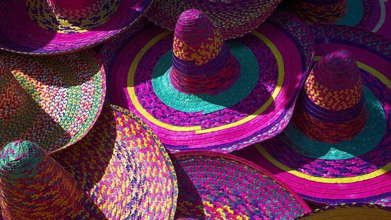 Typische Hüte in bunten Farben © Diamir