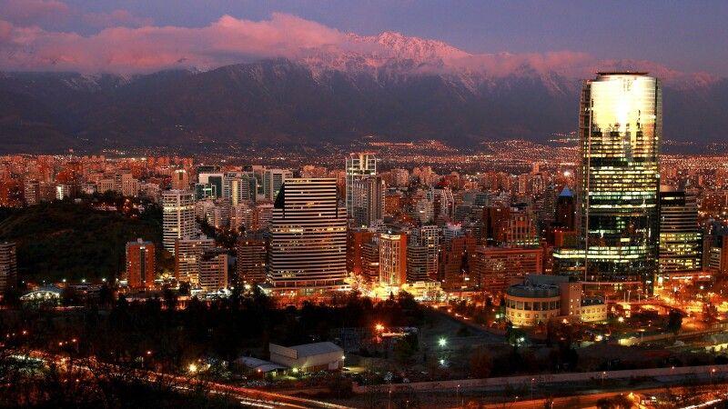 Santiago de Chile in der Abenddämmerung © Diamir