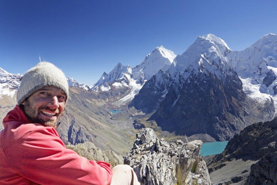 Blick auf die Cordillera Huayhuash mit DIAMIR-Reiseleiter Marcus Gempp