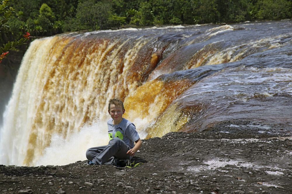 Kind am Kaieteur Wasserfall Guyana