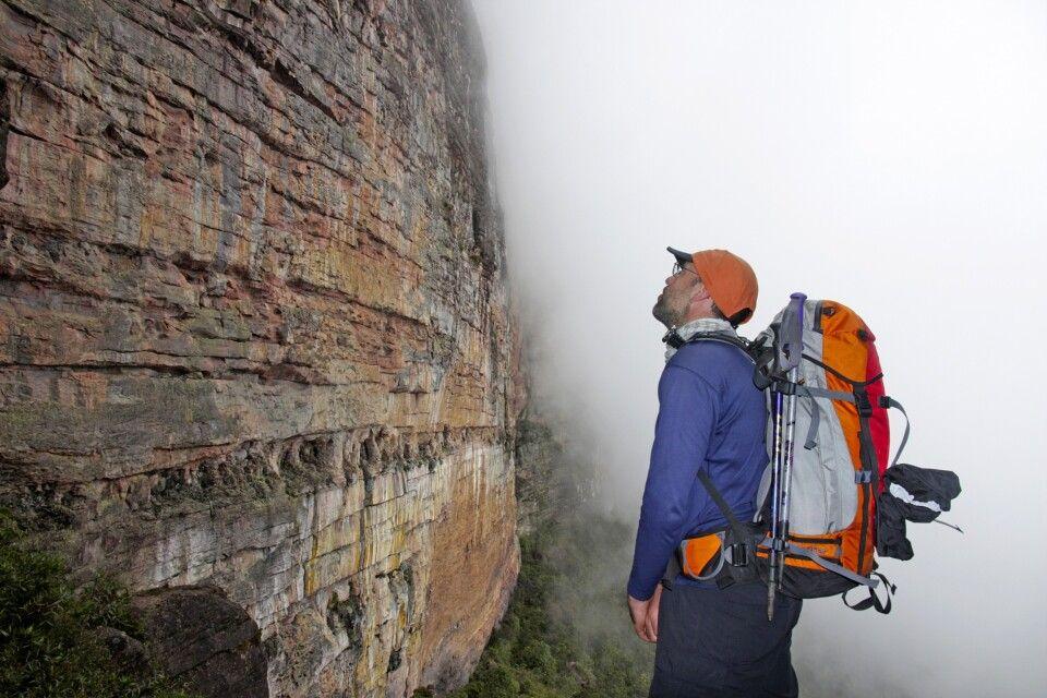 Vor der Steilwand der Tafelberge
