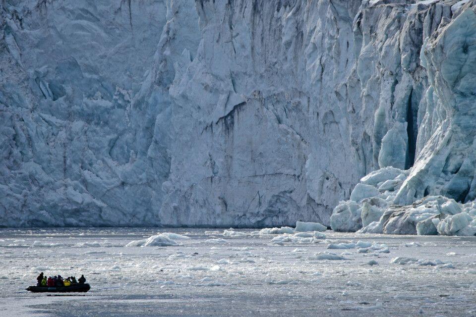 Zodiac vor einer der gewaltigen Gletscherfronten in Spitzbergen