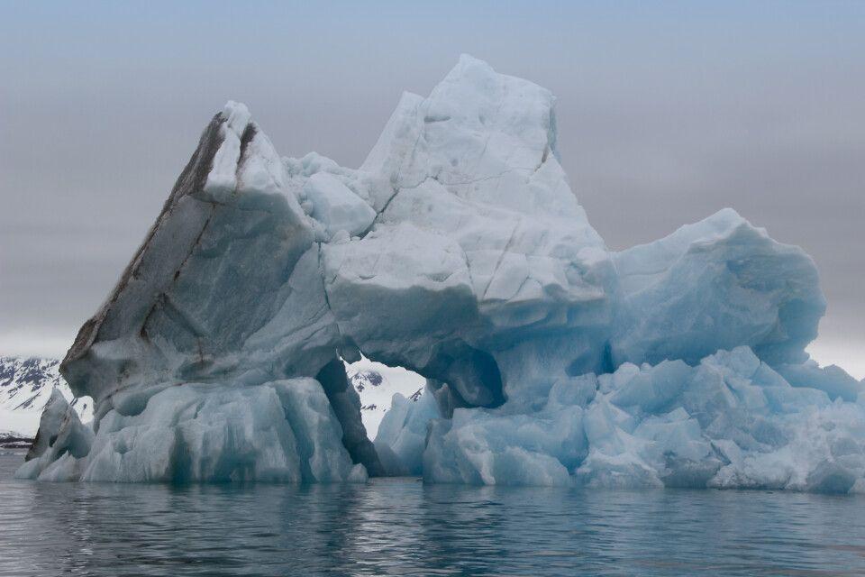 Riesiger, blau schimmernder Eisberg